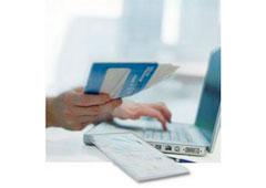 Un hombre realizando una factura electrónica