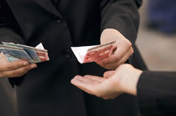 Persona dándole dinero a otra