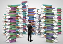 Un hombre rodeado de libros