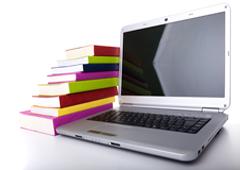 Un libros junto a un portátil