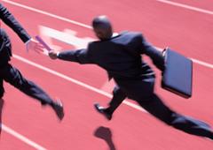 Un hombre corriendo con maletín dando el relevo a otro