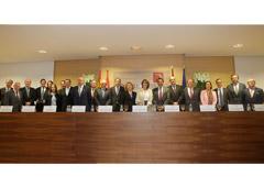 La ministra de Justicia posa con la Junta de Gobierno del Colegio de Registradores y con los medallistas de honor.