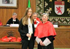 Aurelia Álvarez Rodríguez entregó el premio a Elena Alvarez Monroy.