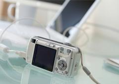 Una cámara de fotos digital conectada a un ordenador