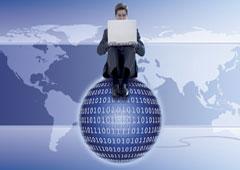 Un hombre con un ordenador subido encima de una bola.