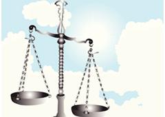 Balanza de justicia con el cielo de fondo