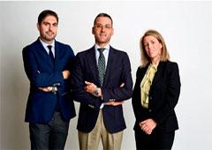 De izquierda a derecha, Julio Pernas, Juan Pedro Dueñas, Director de DUEÑAS RUART ABOGADOS, y Beatriz Renedo.