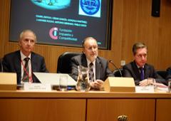De izquierda a derecha: Ricardo Gómez-Aceo del Solar, presidente de la Fundación Impuestos y Competitividad/Deloitte Abogados; Álvaro Cuesta Martínez, vocal del CGPJ; y Santiago Menéndez Menéndez, director de la AEAT