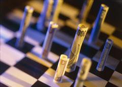 Un tablero de ajedrez con billetes por figuras.