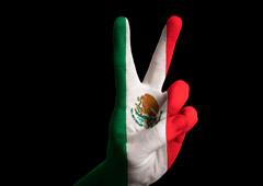 Una mano pintada con los colores de la bandera de Méjico