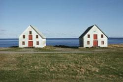 Dos casas al lado del mar.