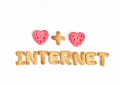 La palabra internet hecha con galletas