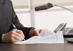 Imagen de una mano firmando un documento
