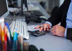 Una persona manejando una calculadora