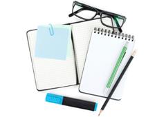 Libretas, gafas y bolígrafos