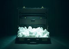 Un maletín abierto lleno de bolas de papel