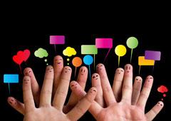 Dos manos con bocadillos de colores sobre sus dedos