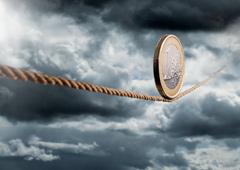 Una moneda de euro sobre una cuerda