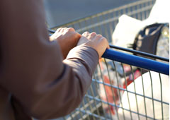 Una persona empujando un carro en el supermercado