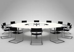 Una mesa redonda con sillas alrededor