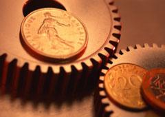 Dos engranajes giratorios con monedas encima