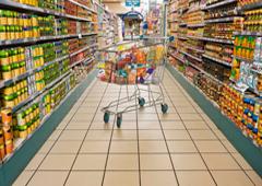 Un carro con compra en un supermercado