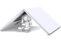 Muñeco escondido debajo de portátil