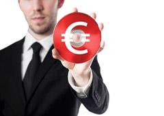 Abogado sosteniendo un cd con el símbolo del euro