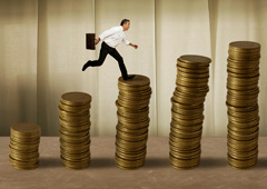 Una persona con maletín saltando sobre monedas