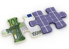 Dos piezas de puzzle una de ellas hecha con un billete de euro y la otra con placas solares