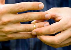 Unas manos quitándose un anillo