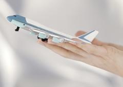 Maqueta de un avión sobre una mano