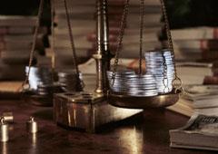 Una balanza con el símbolo del dolar y el euro en cada lado.