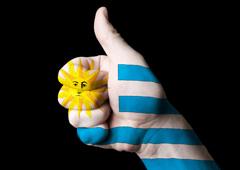 Mano con la bandera de uruguay pintada