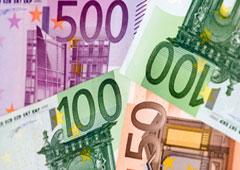 Billetes de euro y una moneda