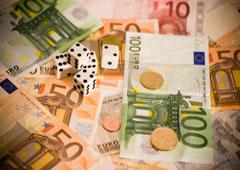 Dados, monedas y billetes de euros.