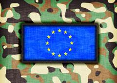 Bandera UE rodeada de dibujos de camuflaje