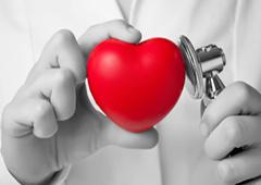 medico oscultando un corazón