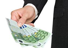 Una persona mostrando unos billetes de 100 euros