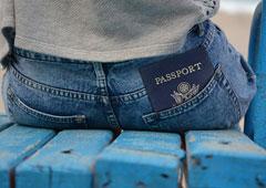 Persona sentada con un pasaporte en el bolsillo