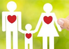 Dibujo de una familia con corazones