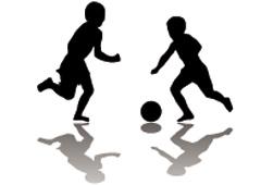 Silueta de dos niños jugando a fútbol