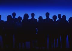 Sobre un fondo azul un grupo de mujeres y hombres