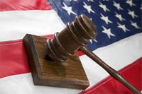 Bandera de EEUU y mazo de la justicia