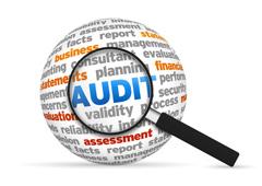 Una lupa aumentando la palabra Audit