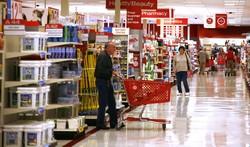 Un supermercado con personas mayores comprando