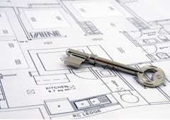 Un plano de una vivienda con una llave encima
