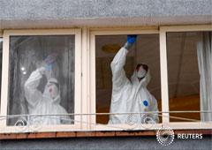Trabajadores sanitarios limpian el hogar de ancianos donde una mujer murió y varios residentes y cuidadores han sido diagnosticados con el coronavirus en Grado, Asturias, España 20 de marzo de 2020.