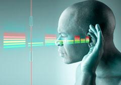 Un chico escuchando con su mano en su oreja.