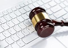 Una maza sobre un teclado